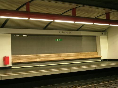 Leere U-Bahnstation in Silbergrau und Rot.